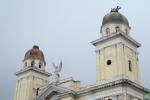 Se aprecian los daños a las cúpulas y los relojes.